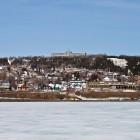 Blick über gefrorenen Fjord auf Gaspé