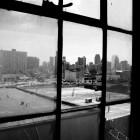 Blick auf das Stadtzentrum aus einer Loft in einem alten Industriegebäude